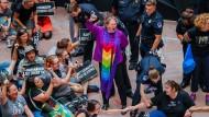 Zahlreiche Frauen werden bei ihren Protesten im Senatsgebäude in Washington verhaftet.