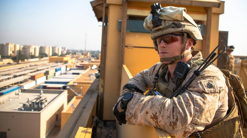 Ein amerikanischer Soldat beschützt die Botschaft in der irakischen Hauptstadt Bagdad.