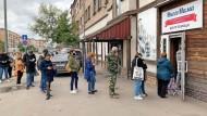 Gegen eine kleine Spende bekommen Menschen in Moskau Brot in einem Hilfszentrum.