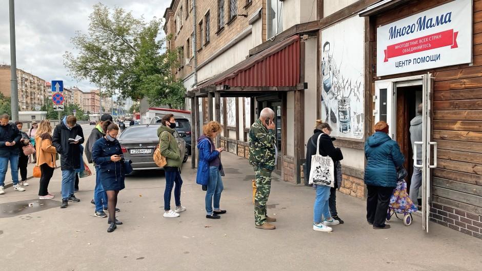 Bedürftig: Gegen eine kleine Spende bekommen Menschen in Moskau Brot in einem Hilfszentrum.