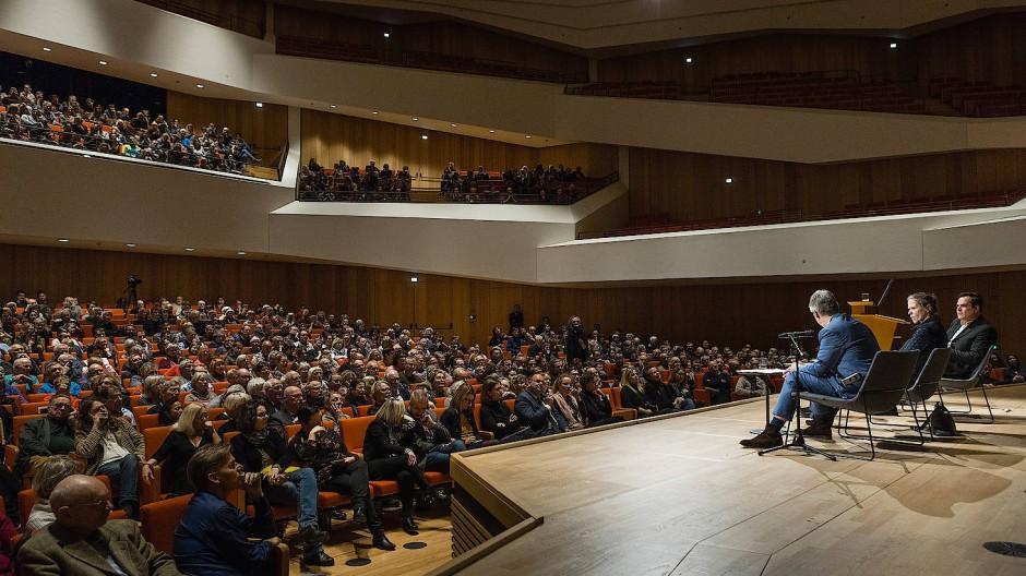 Volksversammlung des Bildungsbürgertums von Dresden: Durs Grünbein und Uwe Tellkamp diskutierten am 8. März 2018, die Moderatorin war Karin Großmann.