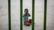 Ein Kind in einem Sportzentrum in Las Barrios in Südspanien. Es wurde auf der Straße von Gibraltar von der spanischen Marine gerettet