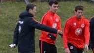 Lob vom Trainer: Niko Kovac findet Gefallen an Kaan Ayhan (Mitte).
