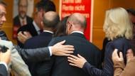 Bitter nötig: Martin Schulz wird von seinen Parteifreunden am Tag nach der Bundestagswahl getröstet.