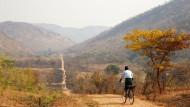 """In Sambia müssen viele Kinder jeden Tag weite Distanzen zurücklegen, um zum Unterricht gehen zu können. Die Hilfsorganisation """"World Bicycle Relief"""" verteilt Fahrräder in armen Weltregionen."""
