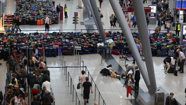 Erst Koffer-Chaos, dann wird ein Flugsteig geräumt