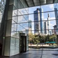 Unter Bankern: Blick aus dem Foyer der Deutschen Bank in Frankfurt hinüber zur Commerzbank