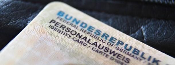 """Eine Markierung im Personalausweis wäre ein """"hochgradig diskriminierender Makel"""", kritisiert der Berliner Strafverteidiger Sönke Hilbrans."""