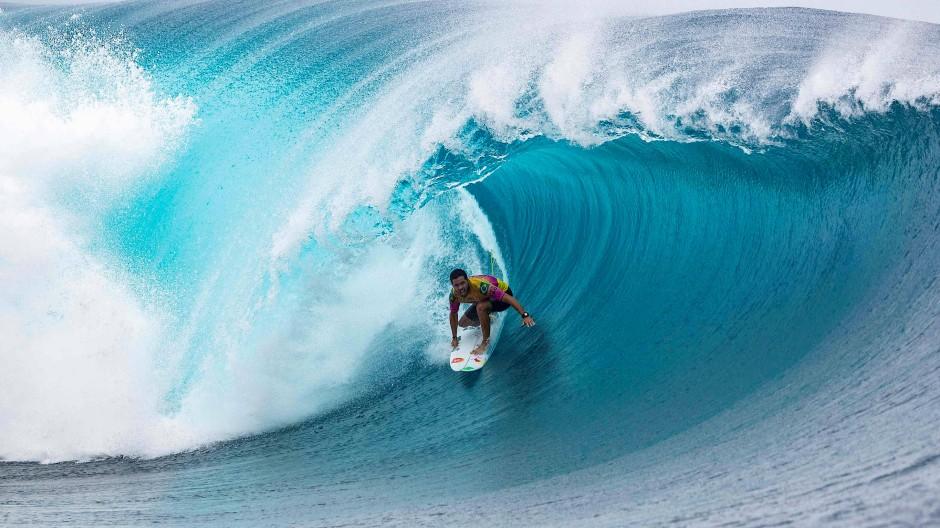 Licht am Ende des Tunnels: Der Brasilianer Adriano De Souza surft in einer Tube auf Tahiti.