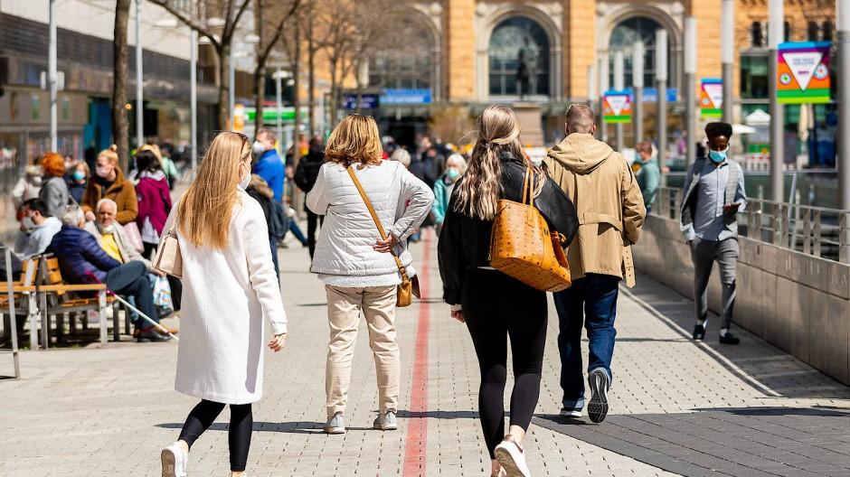 Nicht alle zahlen hohe Steuern: Passanten gehen auf der Bahnhofstraße durch die Innenstadt von Hannover.