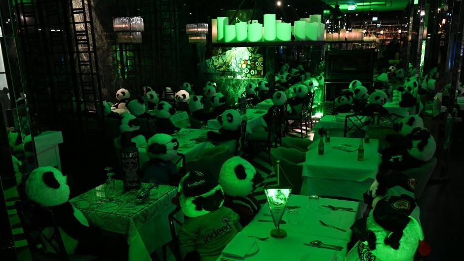 Um auf ihre schwierige Situation hinzuweisen, waren am Montag zahlreiche Frankfurter Restaurants, Bars und Clubs in einem grünen Licht erleuchtet.