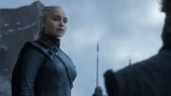 Plötzlich auftretende faschistoide Züge: Daenerys aus dem Hause Targaryen, die Erste ihres Namens, Königin der Drachenbucht, Königin der Andalen, der Ersten Menschen und der Rhoynar, Regentin der Sieben Königslande, Beschützerin des Reiches, Mutter der Drachen, Sprengerin der Ketten, Khaleesi und Herrscherin des großen Grasmeeres, Khaleesi und Herrscherin des Dothrakischen Meeres, Lady von Drachenstein