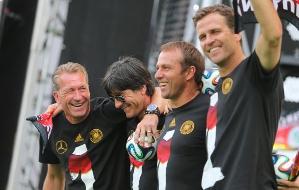Die Viererkette mit Verantwortung: Torwarttrainer Andreas Köpke (l-r), Bundestrainer Joachim Löw, Co-Trainer Hansi Flick und Teammanager Oliver Bierhoff