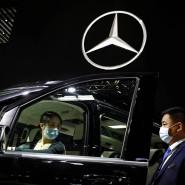 Besucher auf der Pekinger Automesse probieren den neuen Mercedes V260 L SPV.