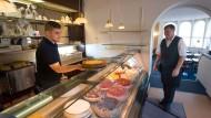 Lässt jede Diät vergessen: Die Kuchentheke im Café Eiding in Bad Homburg ist mit zahlreichen selbstgemachten Cremetorten bestückt.
