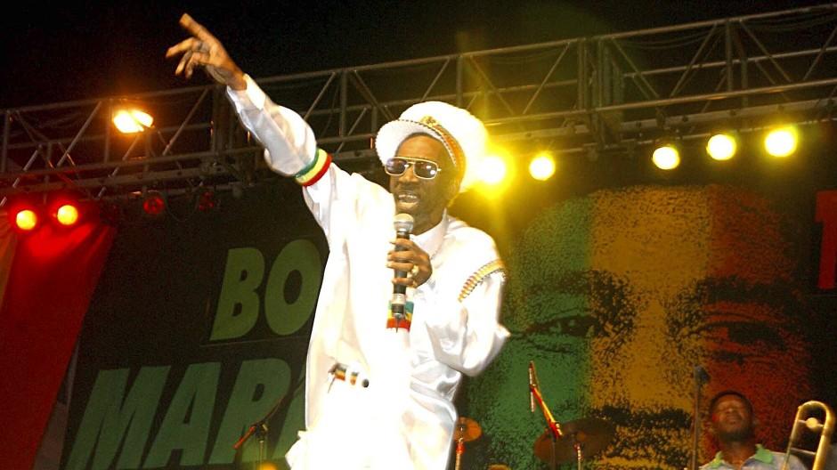 Jamaika, 2005: Bunny Wailer tritt beim One-Love-Konzert zum 60. Geburtstag von Bob Marley auf.
