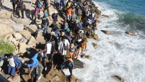 Flüchtlinge durchbrechen italienische Polizeisperren