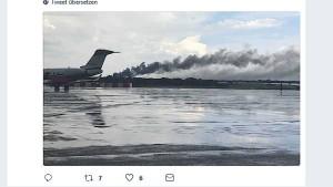 Flugzeug mit 100 Insassen legt Bruchlandung hin