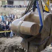 Ein Teil der Statuen-Reste wird in Kairo aus dem Schlamm geborgen.