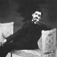 Für Marcel Proust verhieß die Fotografie Ewigkeit. Ganz wie in seinem literarischen Werk sollte darin kein Leiden dokumentiert werden. Proust wirkte häufig gelöst, obwohl er lange ausschließlich für sein Werk lebte.