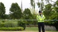 Ein Polizist steht vor einer Absperrung in Salisbury.