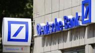 """Der Deutschen Bank droht eine Herabstufung auf """"BBB"""", wenn sie es nicht rechtzeitig schaffe, ihr Geschäft auf Vordermann zu bringen."""