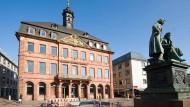 Hanauer Wahrzeichen: Das Rathaus am Marktplatz und das Denkmal der Gebrüder Grimm