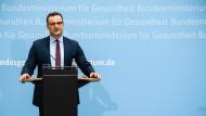 Jens Spahn am Montag während einer Pressekonferenz zu den geplanten Erleichterungen für Geimpfte und Genese.