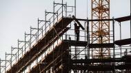 Das Baugewerbe boomt. Aufgrund vieler neuer Baustellen wie hier in Berlin fordert die IG Bau deutliche Tariferhöhungen.