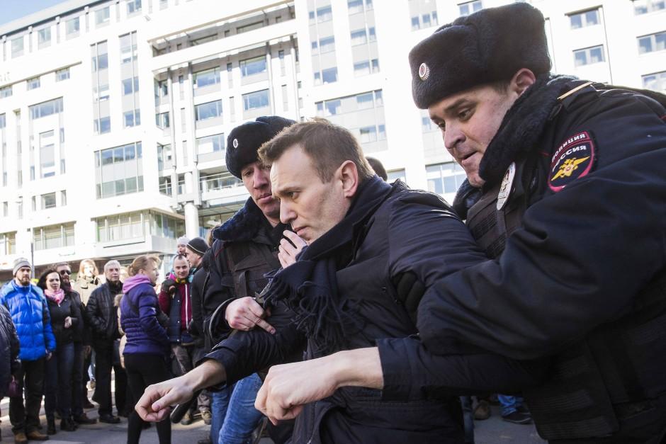 Widersacher Putins: Der Oppositionelle Alexej Nawalny wird von Polizisten abgeführt.