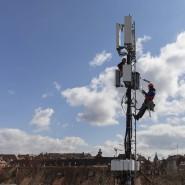 Aufrüstung: Mit einem 5G-Antennenelement wird dieser Mobilfunkmast in Bern für das neue Zeitalter fit gemacht.