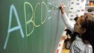 Mehr Wettbewerb zwischen den Schulen würde die Bildung verbessern, sagen die Wirtschaftsforschungsinstitute.