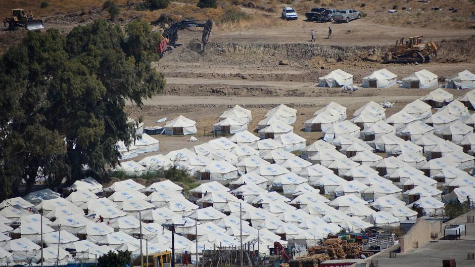 Neu aufgebaute Zelte für die Umsiedlung von Migranten und Flüchtlingen stehen im provisorischen Zeltlager Kara Tepe. (Symbolbild)
