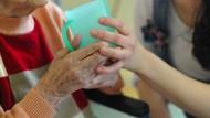 Viele reden nicht darüber, aber fünf Prozent der Jugendlichen zwischen 12 und 17 Jahren übernehmen in ihrem Zuhause regelmäßig pflegerische Aufgaben.
