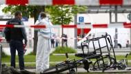 Spuren der Gewalttat: Kriminaltechniker untersuchen den Tatort am Bahnhof von Grafing nahe München.