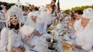 """Extravaganz erwünscht: Beim """"Diner en blanc"""" treffen sich Tausende zu einem Massenpicknick an einem prominenten Ort in Paris. Die wichtigste Bedingung dabei ist: Man muss von Kopf bis Fuß in weiß erscheinen."""
