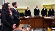 Die Angeklagte Beate Zschäpe steht neben ihrem Anwalt Mathias Grasel vor dem Vorsitzende Richter Manfred Götzl (2.v.r.) und den Vertreter des Staatsschutzsenats Gabriele Feistkorn (l), Peter Lang (2.v.l.) und Konstantin Kuchenbauer (r).