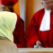Eine muslimische Lehrerin sitzt am 24.09.2003 im Bundesverfassungsgericht in Karlsruhe vor den Richtern.