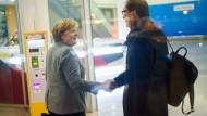 Freundlich zueinander: Kanzlerin Merkel und CSU-Landesgruppenchef Dobrindt kurz vor Weihnachten in Berlin.
