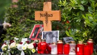 Trauer in Bonn: Nachbarn und Freunde haben Kerzen an der Stelle aufgestellt, an der Niklas P. gestorben ist.