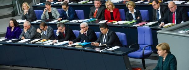 Generaldebatte im Bundestag: Die Kanzlerin spricht, die Regierungsbank lauscht