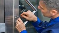 Türöffner: Schlüsseldienst-Mitarbeiter wissen, wie es mit Werkzeug geht.