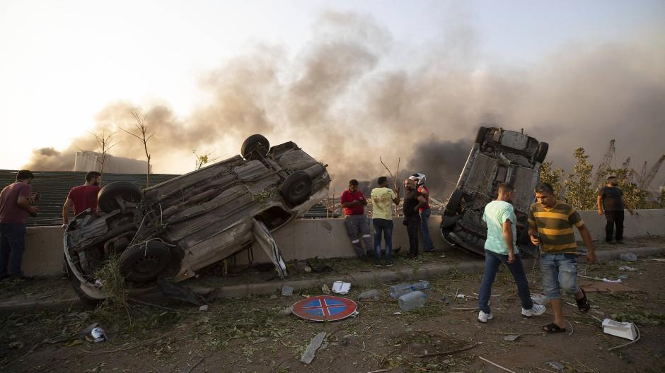 Bild der Verwüstung: Umgekippte Autos nach einer Explosion in Beirut