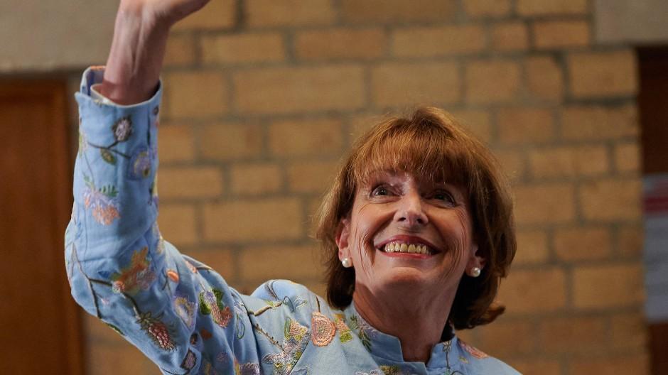 Henriette Reker, Oberbürgermeisterin von Köln (parteilos), winkt nach der gewonnenen Wahl Unterstützern im Rathaus zu.