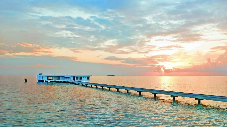 """Die Villa """"The Muraka"""" wirkt wie das Filmset eines Agententhrillers. Aus dem Unterwasser-Schlafzimmer kann man Fische und andere Meeresbewohner beobachten."""