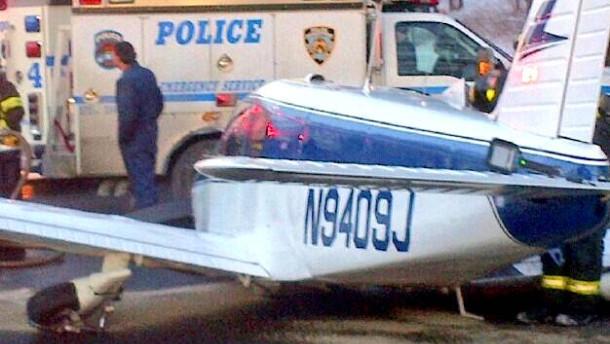 Kleinflugzeug landet auf Highway in der Bronx