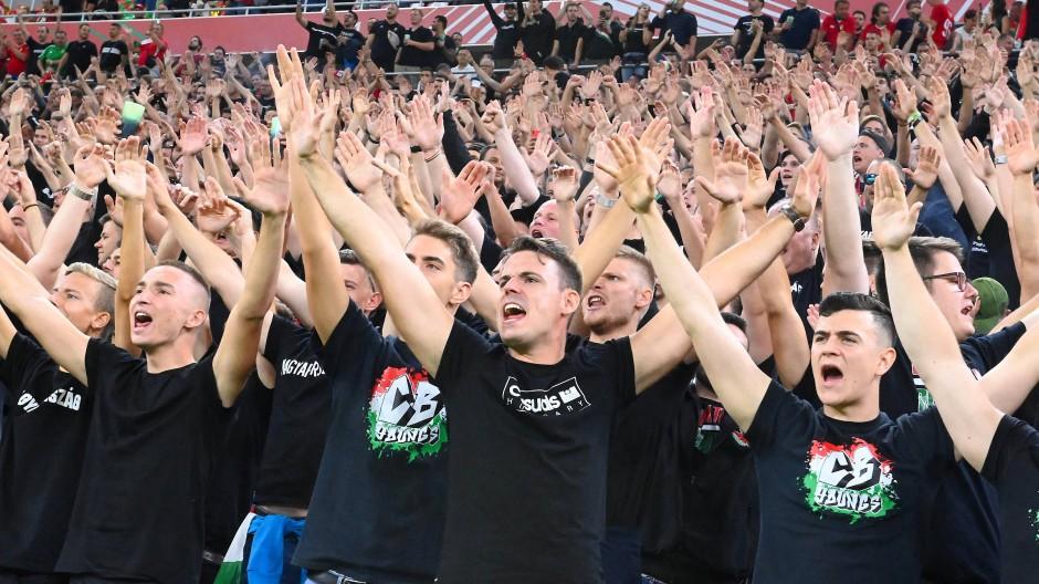 Verhöhnten englische Spieler mit Affenlauten: Ungarische Fans beim WM-Qualifikationsspiel Anfang September in Budapest