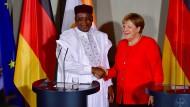 Bundeskanzlerin Angela Merkel empfängt den Präsidenten des Niger, Mahamadou Issoufou im Schloss Meseberg