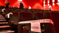 Manche Sitzreihen im Kino sind zur Einhaltung der Abstandsregeln gesperrt.