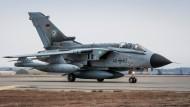 """Ein Tornado vom Taktischen Luftwaffengeschwader 51 """"Immelmann"""" landet in Incirlik."""